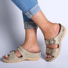 Mulheres PU Salto baixo Sandálias Peep toe com Flor Cor sólida sapatos