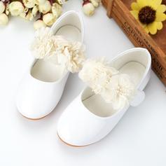 Fille de similicuir talon plat Bout fermé Chaussures de fille de fleur avec Perle d'imitation Une fleur