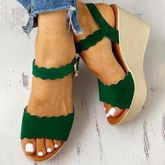 Kvinnor PU Kilklack Sandaler Peep Toe med Spänne skor